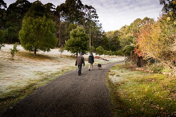 Graham, Rusty and a young woman walking on the driveway to Tin Dragon Cottages.