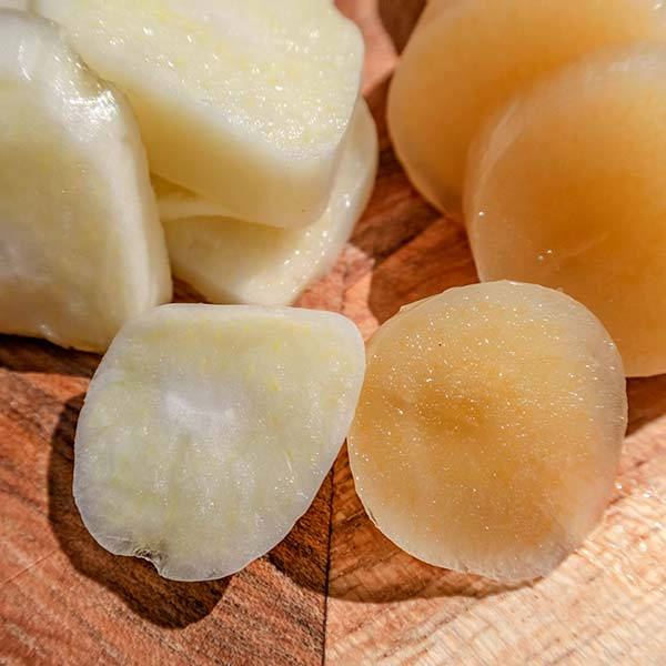 Fresh peeled and sliced bulb (left), thawed peeled and sliced bulb (right). The thawed bulb is yellow-brown colour.
