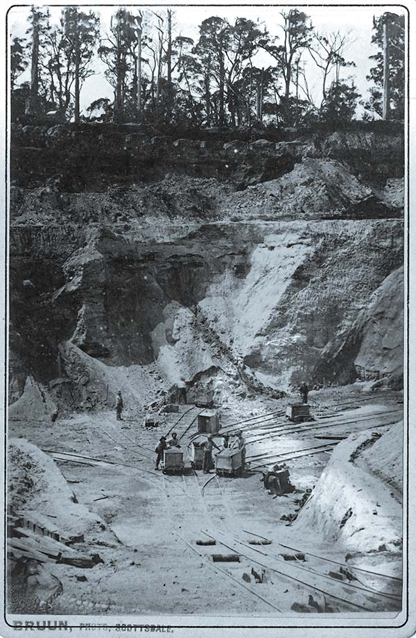 Black and white photo of the Arba tin mine in Branxholm, early 1900s